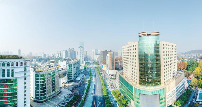 科技一条街的简易门店逐渐被淘汰,取而代之的是一幢幢气势恢宏的大厦高楼.jpg